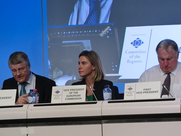 v.l.n.r.: AdR-Präsident Markku Markkula, Frederica Mogherini, Hohe Vertreterin der EU für Außen- und Sicherheitspolitik und Vizepräsidentin der Europäischen Kommission sowie Karl-Heinz Lambertz, 1. AdR-Vizepräsident