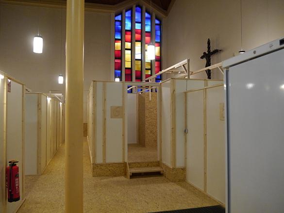 Blick in das Kirchenschiff mit den einzeln abgetrennten Wohnbereichen