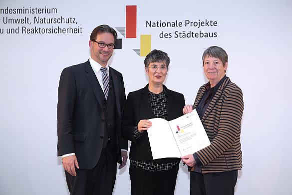 Staatssekretär im Bundesbauministerium Florian Pronold (links) und Bundesbauministerin Barbara Hendricks (rechts) mit Bremens Senatsbaudirektorin Iris Reuther (Mitte).