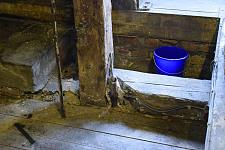 Durch unkontrolliert eindringendes Wasser besteht die Gefahr, dass der wertvolle Dachstuhl und die darunter liegende Obere Rathaushalle  Schaden nehmen