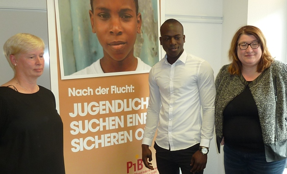 Pflegemutter Corinne Daum (li.) mit dem 18-jährigen Cheikh aus dem Senegal und Senatorin Anja Stahmann