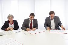 Vertragsunterzeichnung – von links: Roswitha Bethe, Staatsrat Frank Pietrzok, Florian Bethe