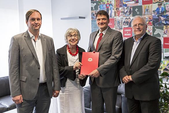 von links: Florian Bethe, Roswitha Bethe, Staatsrat Frank Pietrzok, IBB-Geschäftsführer Peter Junge-Wentrup