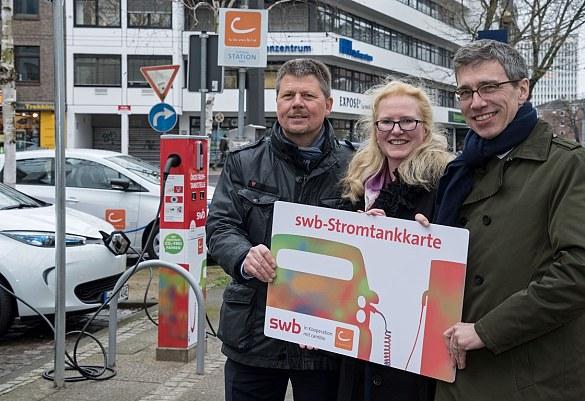 Nahmen heute gemeinsam die erste E-Car-Sharing Station in der Bremer Innenstadt in Betrieb (v.l.n.r.) Dr. Joachim Lohse, Senator für Umwelt, Bau und Verkehr, Kerstin Homrighausen, Geschäftsführerin der cambio StadtAuto Bremen CarSharing GmbH, und Dr. Torsten Köhne, Vorstandsvorsitzender der swb AG.