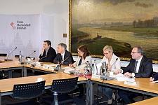 auf einer pressekonferenz informiert der senat ber die wrdigung von hans koschnick - Uni Bremen Online Bewerbung