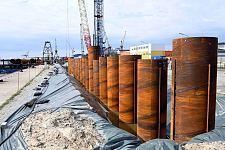 Baustelle Kaiserhafen III: Die Rammarbeiten für die 500 Meter lange Kaje machen Fortschritte.