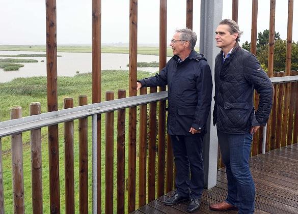 Bürgermeister Carsten Sieling (li.) und bremenports-Geschäftsführer Robert Howe auf dem Aussichtsturm Luneplate