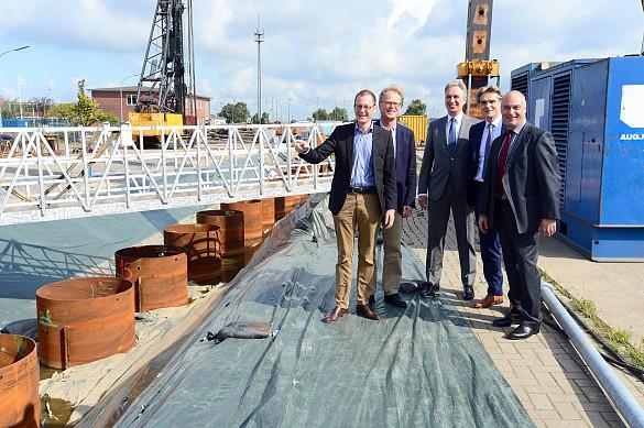 Senator Martin Günthner, Staatsrat Jörg Schulz, die Geschäftsführer der ARGE, Dirk Busjaeger und Ingo Junker und bremenports Geschäftsführer Robert Howe freuen sich über den Fortschritt beim Neubau der Westkaje.