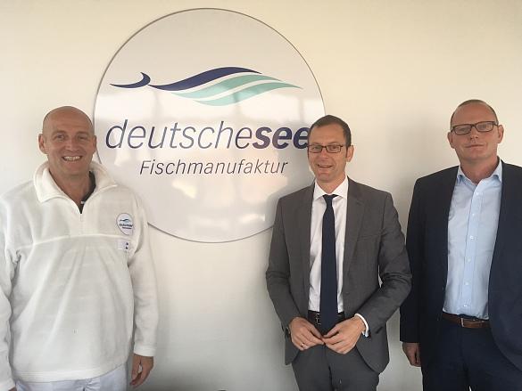 Ulrich Grewe, Geschäftsführer Deutsche See GmbH (links), Martin Günthner, Senator für Wirtschaft, Arbeit und Häfen, und Nils Schnorrenberger, Geschäftsführer der BIS Bremerhavener Gesellschaft für Investitionsförderung und Stadtentwicklung mbH trafen sich in der Produktionsstätte zu einem Rundgang und Austausch