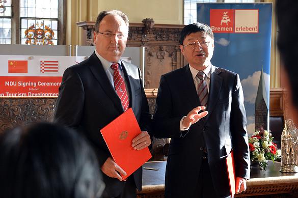 Li Jingping und Peter Siemering erläutern nach der Unterzeichnung der Absichtserklärung in der Oberen Rathaushalle die künftige Kooperation zwischen Bremen und Dalian zur Ausrichtung eines Traditionsmarktes in Bremens Partnerstadt