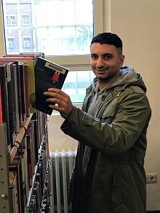 Ein Gefangener der JVA Bremen nutzt die Bibliothek.
