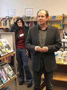 Die bibliothekarische Direktorin der Bremer Stadtbibliothek Lucia Werder und der Leiter der JVA-Bibliothek Andreas Gebauer bei der Bibliothekseröffnung.