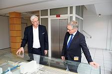 FRoSTA-Vorstand Jürgen Marggraf und Bürgermeister Carsten Sieling tauschen sich über die Geschichte des Unternehmens aus