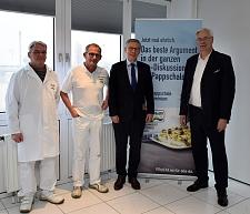 (v.l.n.r.) Betriebsrat Frank Brede, Werksleiter Frank Hoogestraat, Bürgermeister Carsten Sielung und FRoSTA-Vorstand Jürgen Marggraf