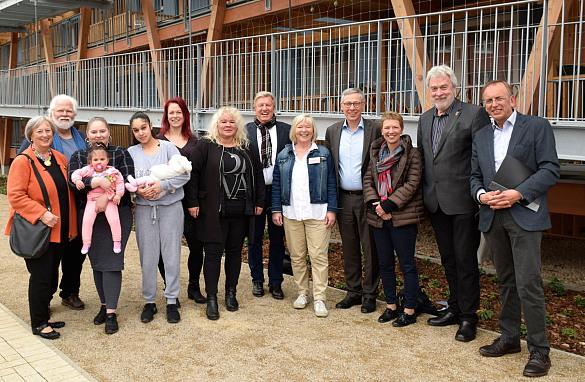 von links: Barbara Riechers-Kuhlmann (stellvertretende Vorsitzende der AWO Bremerhaven), Manfred Jabs (Geschäftsführer AWO Bremerhaven), Mütter der Hamme Lou mit ihren Kindern: Gina mit Luana, Chantal mit Mejreme, Marina Norkwest (Koordinatorin Hamme Lou), Ilona Kaupat-Neubauer (Bereichsleitung Frühförderung und Schulische Hilfen), Dr. Uwe Lissau (Vorsitzender der AWO Bremerhaven), Petra Rupietta-Kis ( Bereichsleitung Altenhilfe), Dr. Carsten Sieling, Dr. Claudia Schilling (Stadträtin für Soziales, Jugend, Familie, Frauen und Arbeitsmarktpolitik), Uwe Parpart (Stellvertretender Vorsitzender der AWO Bremerhaven), Hans-Joachim Ewert (Architekt bei der Stäwog)