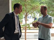 Wearable Computing Lösungen aus Bremen: Ubimax-Geschäftsführer Dr. Hendrik Witt erläutert Senator Martin Günthner die Funktionen der Datenbrille