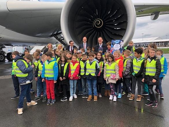 Martin Günthner, Senator für Wirtschaft, Arbeit und Häfen, mit den Schülerinnen und Schülern der Karl-Marx-Schule Bremerhaven vor dem Airbus A350.