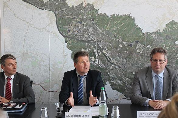 (vlnr) Andreas Wellbrock (Geschäftsführer WAB e.V.) Umweltsenator Joachim Lohse und Jens Assheuer (Stellvertretender Vorstandsvorsitzender des WAB e.V.) bei der Pressekonferenz zur Windforce Conference 2018