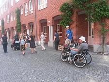 """Ein Teil der """"InstaWalk'n'Roll""""-Gruppe auf ihrem barrierefreien Stadtrundgang."""
