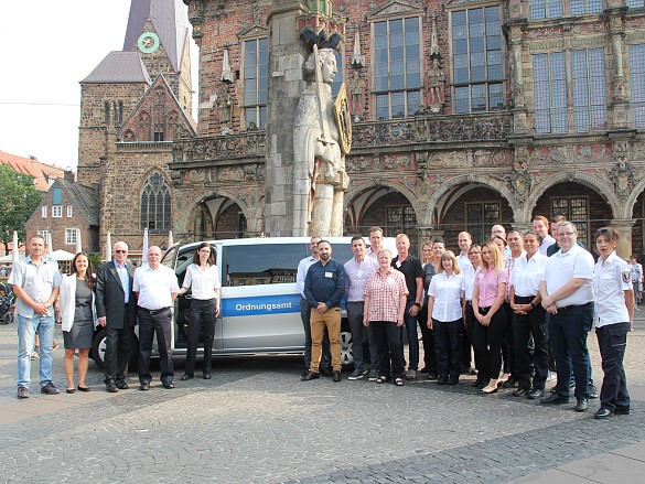 Innensenator Ulrich Mäurer (3. von links) begrüßt die Mitarbeiterinnen und Mitarbeiter des neuen Ordnungsdienstes, die ab heute mit ihrer Schulung begonnen haben und ab Ende Juli wir man sie während ihrer Ausbildung in ihren neuen Uniformen auch auf der Straße sehen.