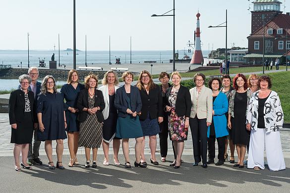 Die Gleichstellunsministerinnen der 16 Länder mit Bundesfamilienministerin Franziska Giffey und der GFMK-Vorsitzenden Anja Stahmann (Mitte)