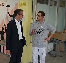 Malerwerkstatt: Martin Günthner, Senator für Wirtschaft, Arbeit und Häfen im Gespräch mit Ausbilder Daniel Rieboldt.