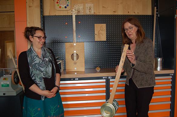 Ellen Gutschmidt (links) zeigt Karoline Linnert Beispiele für selbstgebastelte Musikinstrumente