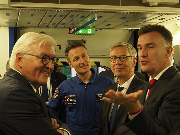 Oliver Juckenhöfel, Standortleiter Airbus Raumfahrt Bremen (re.), erläutert im 1:1-Modell des SpaceLabs zusammen mit ESA-Astronaut Matthias Maurer (2.v.l.) die Wirkung des Schwerelosigkeit