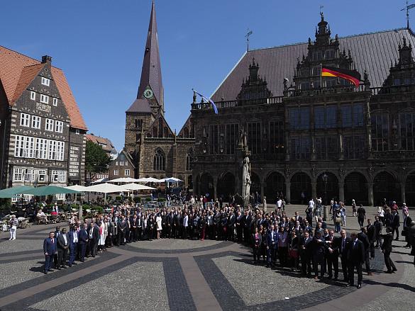Gruppenbild mit Bundespräsident: Auf dem Bremer Marktplatz nahmen die rund 150 internationalen Diplomaten die Gelegenheit wahr zu einem Foto mit dem höchsten deutschen Staatsrepräsentanten