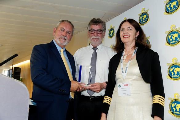 Auszeichnung in London: Kapitän Kevin Richardson (Präsident IHMA), Preisträger Kapitän Andreas Mai, Kapitänin Carita Rönnqvist (IHMA Jury)