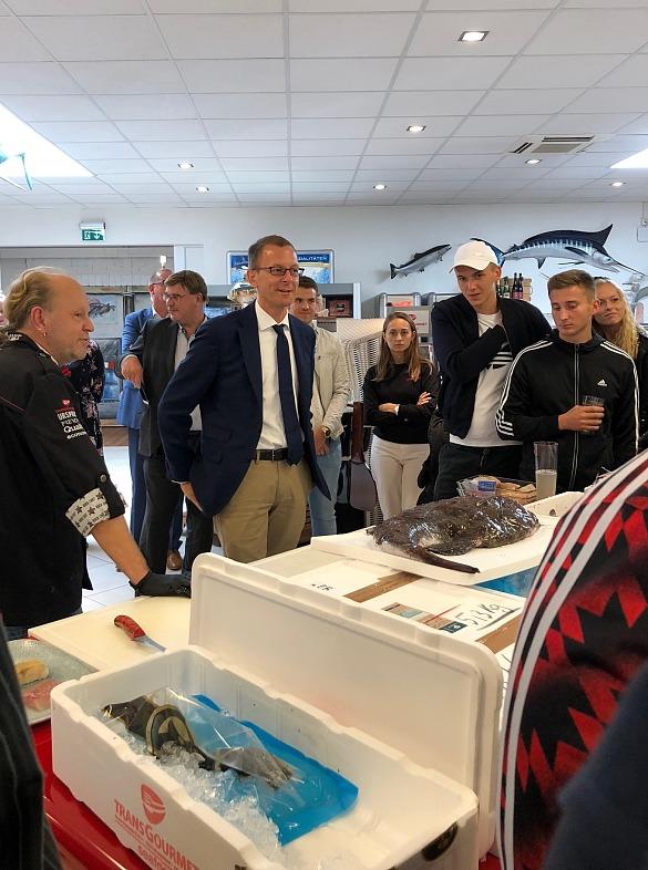 Martin Günthner, Senator für Wirtschaft, Arbeit und Häfen, beim Betriebsrundgang bei der Transgourmet Seafood in Bremerhaven, hier im Gespräch mit Auszubildenden, jpg, 144.8KB