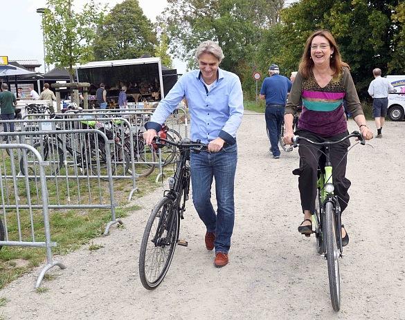 Senatorin Lindert und Bremenports Geschäftsführer Robert Howe beim Fahradtag auf der Luneplate, jpeg, 157.3KB