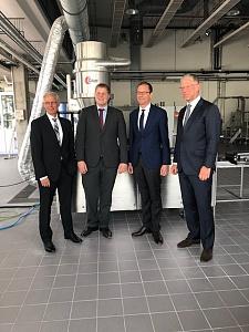 Senator Martin Günthner zusammen mit den Geschäftsführern Dr. Bruno Kaesler und Heiko Busse und dem Leiter des Bereiches Forschung und Entwicklung Dr. Heiko Dietz der Kaesler Nutrition GmbH, jpg, 42.0KB