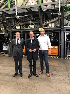 Senator Martin Günthner mit Geschäftsführer Holger Kuhlmann und dem Standortleiter Bremerhavens, Claas Reckelberg, von der Redux Recycling GmbH, jpg, 48.3KB