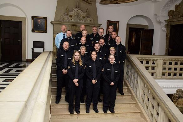 Die 15 Absolventinnen und Absolventen der Ausbildung für den allgemeinen Vollzugsdienst , jpg, 111.3KB