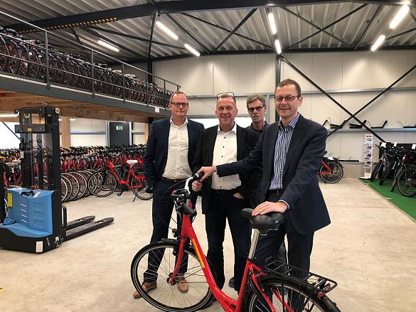 v.l.n.r.: Nils Schnorrenberger (BIS), Jörg Gövert (Geschäftsführer der SE-Tours GmbH), Frank Willmann (Leiter der Fahrradwerkstatt), Senator Martin Günthner, jpg, 158.3KB