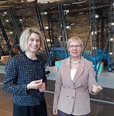 Sunhild Kleingärtner und Eva Quante-Brandt vor der Bremer Kogge, jpg, 59.9KB