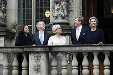 Gruppenbild mit König Willem-Alexander und Königin Máxima, Bürgermeister Carsten Sieling, Präses Janina Marahrens-Hashagen und Alexia Sieling vor der Handelskammer Bremen, jpg, 66.3KB