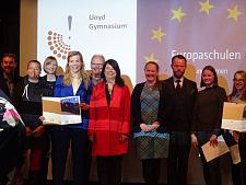"""Staatsrätin Ulrike Hiller mit Vertreter/innen der Schulen, die im Rahmen der Eröffnungsfeier als """"Europaschulen"""" ausgezeichnet wurden; Foto: (c) Johann-Gutenberg-Schule, jpg, 78.8KB"""