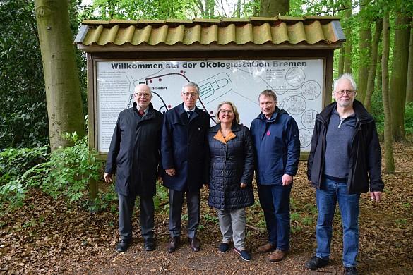Bernhard Hauke (Ökologiestation Bremen), Bürgermeister Carsten Sieling, Bundesministerin Svenja Schulze, Arno Gottschalk (1. Vorsitzender) und Jochen Kamin (Ökologiestation Bremen) trafen sich bei der Ökologiestation in Bremen-Schönebeck, jpg, 112.8KB