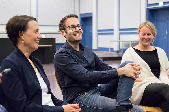 Claudia Bogedan, André Sonnenburg (didaktischer Leiter, stellv. Schulleiter) und Sabine Blunck (ZuP-Leiterin, Team Schulleitung) tauschen sich über das dynamische Curriculum aus, das unter anderem mit und in der der Oberschule Habenhausen entwickelt wird, jpg, 129.1KB