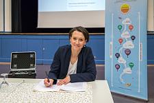 Claudia Bogedan unterschreibt die Verwaltungsvorschrift zum Digitalpakt+, jpg, 48.3KB
