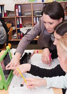 Arbeit mit Tablets und Lernplattform: Senatorin Bogedan schaut Fünftklässlern über die Schulter, jpg, 29.0KB