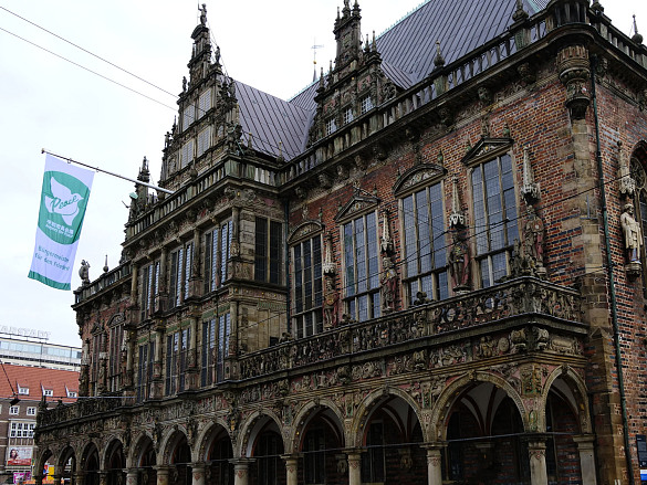 Die Flagge der Mayors for Peace am Rathaus Bremen