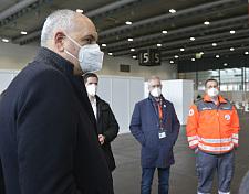 Bürgermeister Andreas Bovenschulte im Gespräch mit dem Deutschen Roten Kreuz im neuen Impfzentrum (Foto: Deutsches Rotes Kreuz)