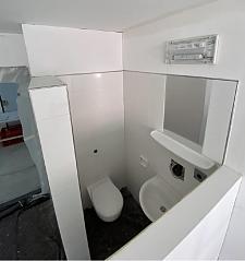 WC und Waschgelegenheit befinden sich direkt in den neuen Container-Hafträumen hinter einer sogenannten
