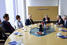 Gesprächsrunde mit Bürgermeister Böhrnsen (3. von re.) beim BG Unfallambulanz und Rehazentrum Bremen