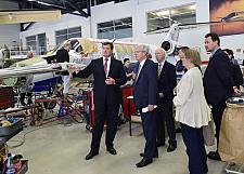 In der Flugzeughalle von Altas Air Service: Vorstand Dr. Nicolaus von Mende (li.) erläutert die Wartung von Flugzeugen